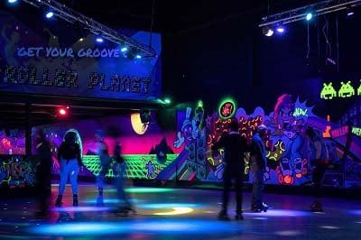 Rolschaatsers dansen op de Dancefloor van Roller Planet in Amsterdam