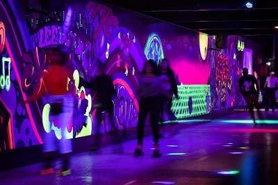 Rolschaatsers rolschaatsen door de tunnel van Roller Planet in Amsterdam